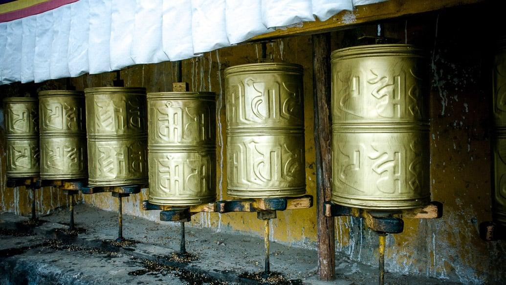tibet-lhasa-drepung-roda-oracao