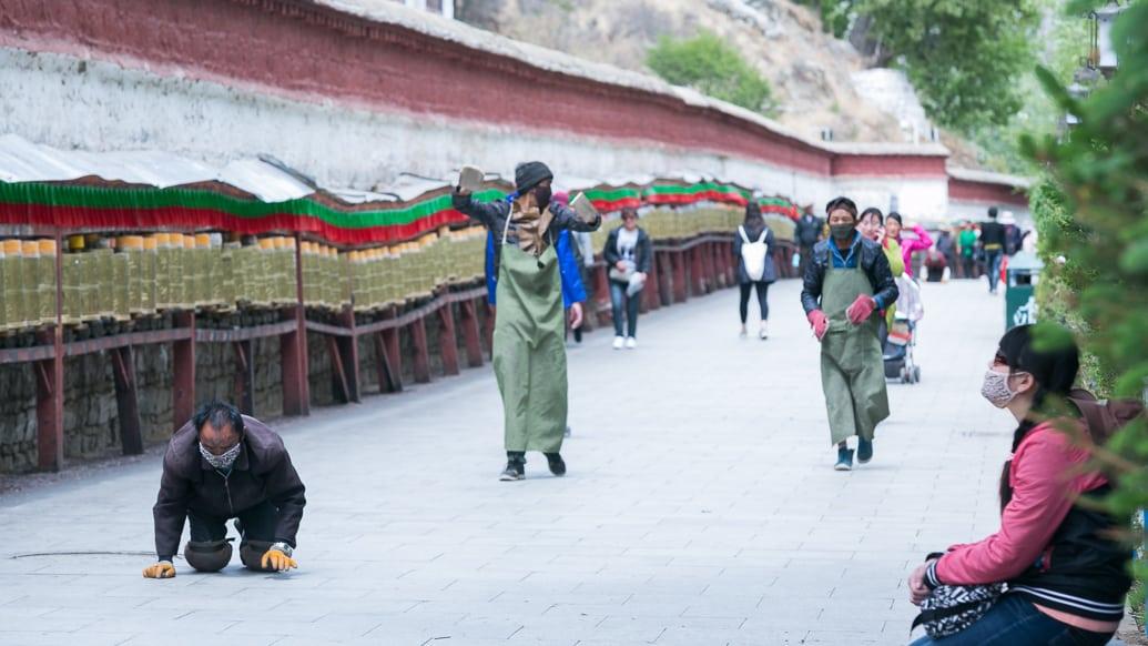 tibet-lhasa-potala-kora-people