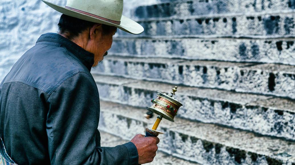 tibet-lhasa-potala-roda-pessoa