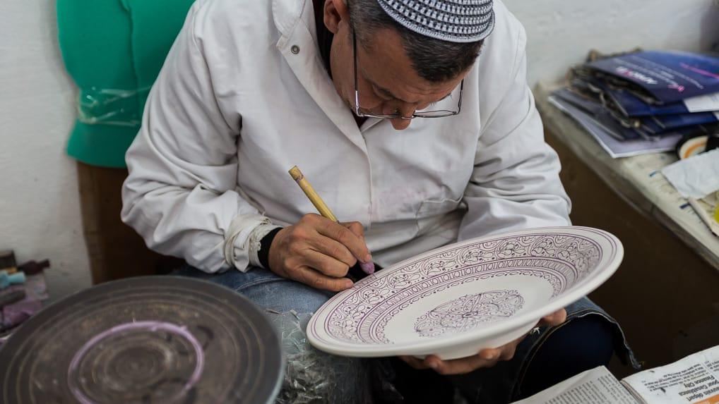 Artesão em Fès, no Marrocos