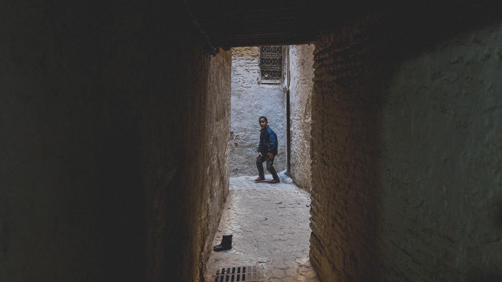 Menino e bota, Fès El-Bali, Marrocos