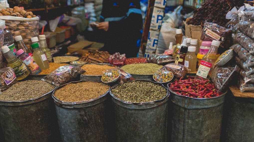 Especiarias na medina de Fès no Marrocos