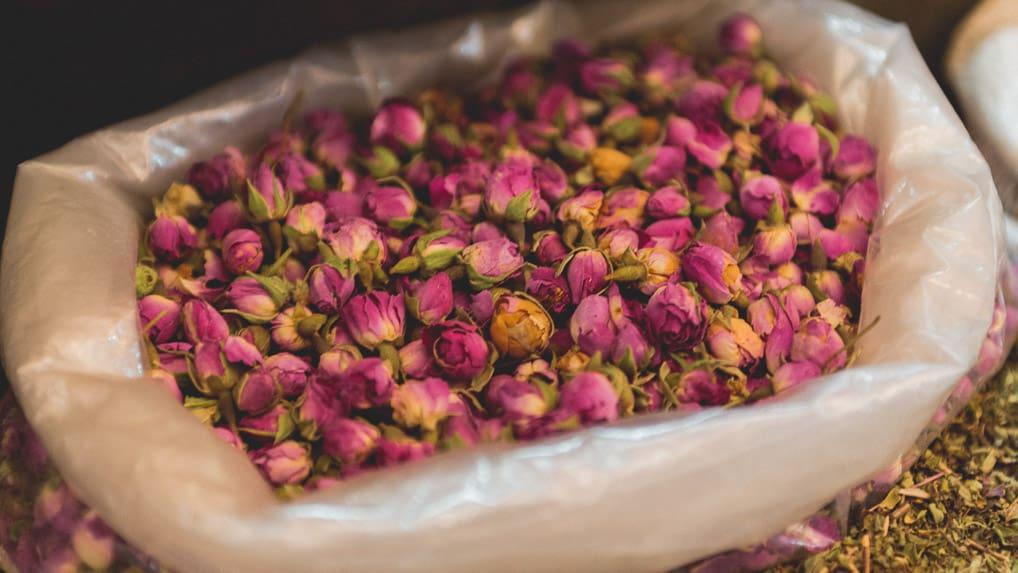 Flores secas na medina de Fès no Marrocos