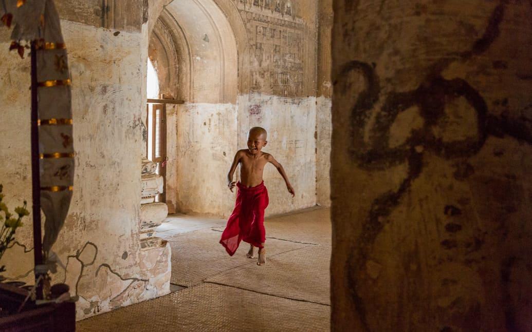 myanmar-bagan-monk
