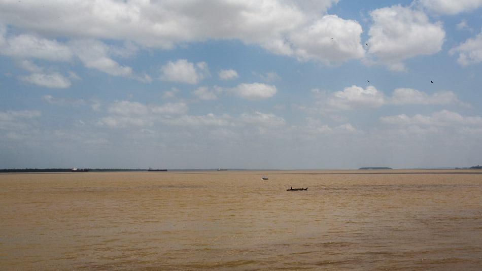 As águas peroladas da baía do Guajará
