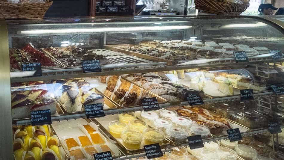 Vitrine da Versailles Bakery, em Little Havana, Miami