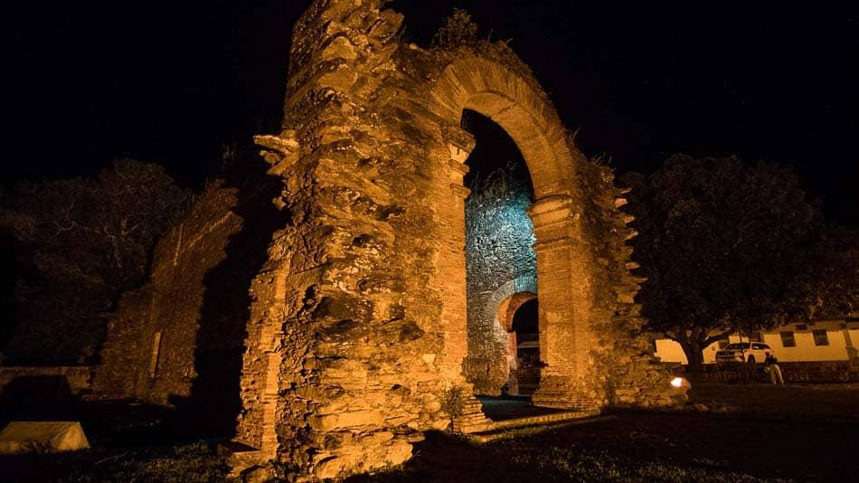 Ruínas da Igreja de Nossa Senhora do Rosário dos Pretos, em Natividade, de noite