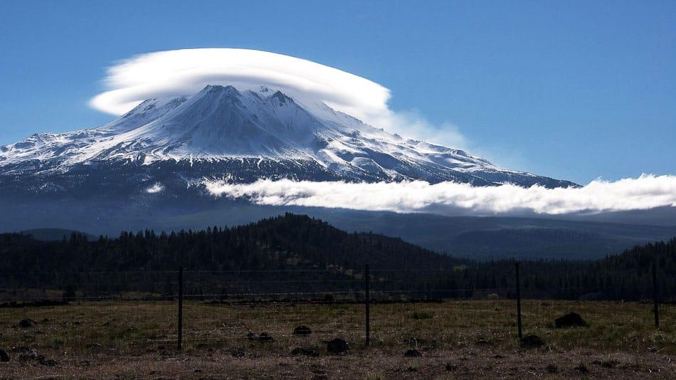 Nuvens lenticulares sobre o Monte Shasta