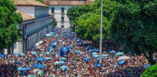 Multidão em bloco de Carnaval RJ 2020