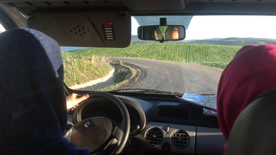 Eu dirigindo um carro alugado nas estradas do Marrocos