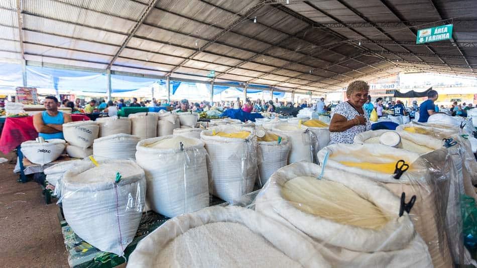 Diferentes tipos de farinha no Mercadão 2000 em Santarém, Pará