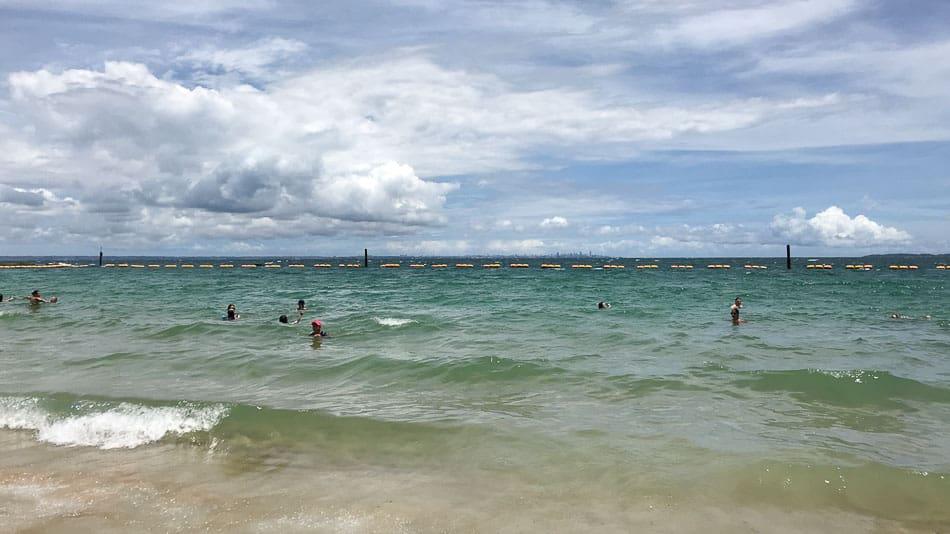 Mar esverdeado da Ilha dos Frades em Salvador