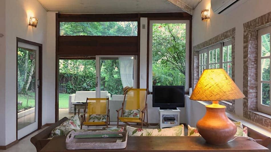 Charmosa casa para alugar no Airbnb em Ilhabela, na praia da Armação