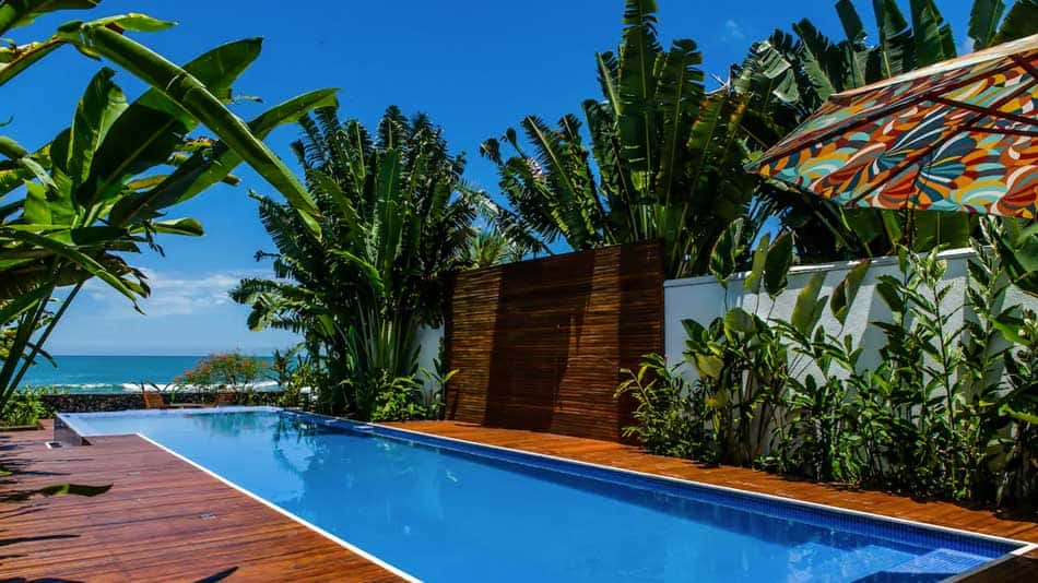 Casa para alugar no Airbnb em Juquehy com piscina pé na areia