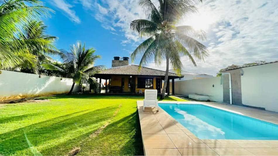 Casa com jardim e piscina para aluguel no Airbnb em Barra do Jacuípe