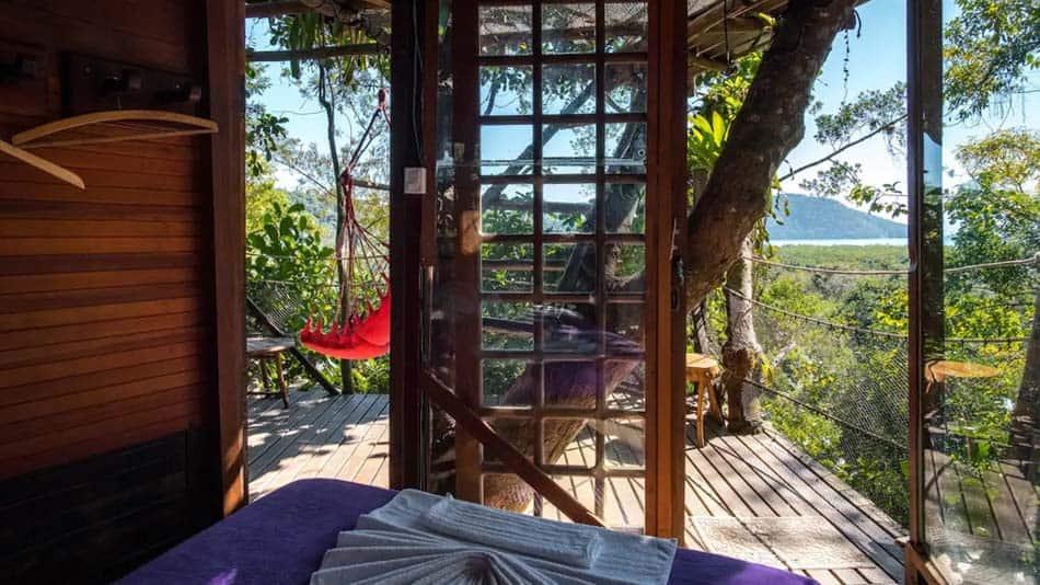 Cabana na árvore com vista para o mar
