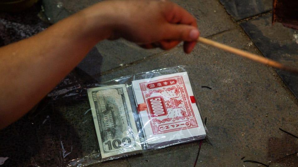Queimar dinheiro: tradição do ano novo lunar do Vietnã