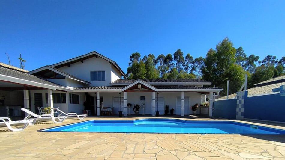 Bela casa para alugar em Atibaia em chácara com piscina