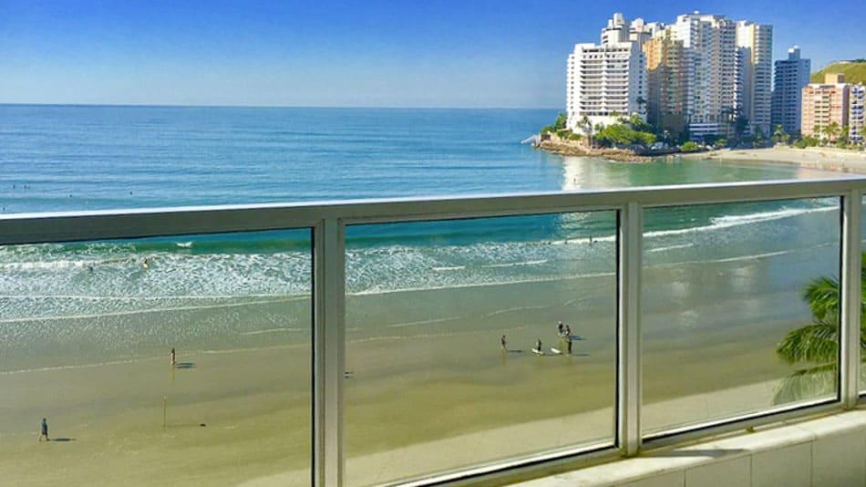 Apartamento para alugar no Guarujá na Praia de Astúrias com varanda