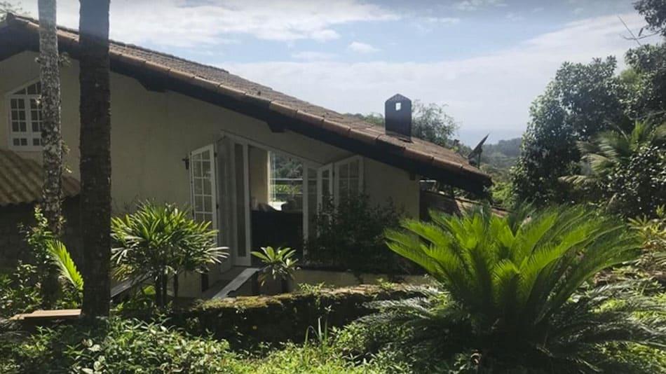 Casa para alugar no Guarujá em meio à Mata Atlântica